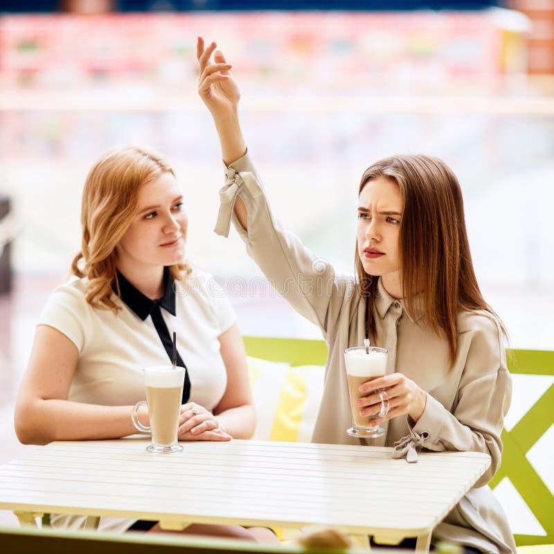 Dos amigos femeninos caucásicos que hablan en el café fotos de archivo libres de regalías