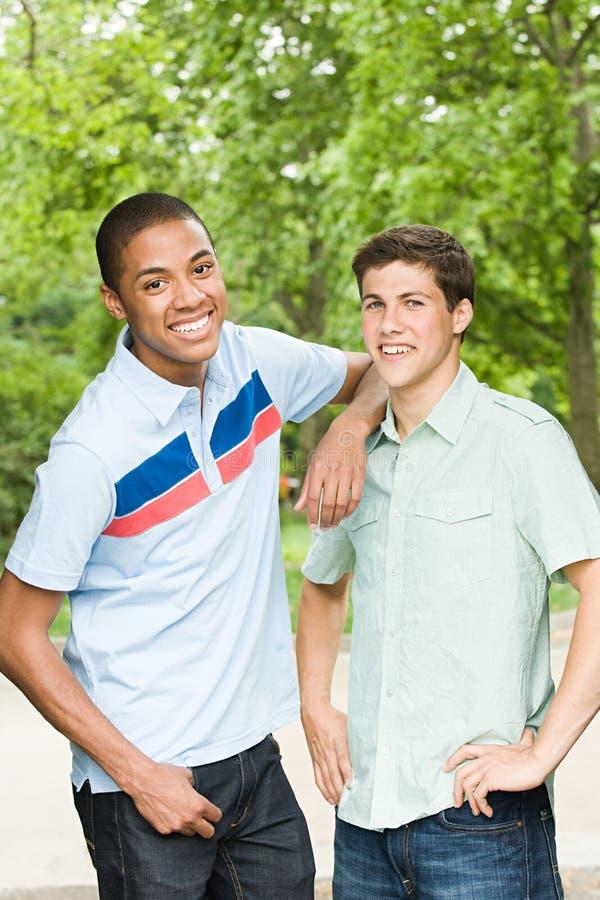 Dos amigos masculinos jovenes foto de archivo libre de regalías
