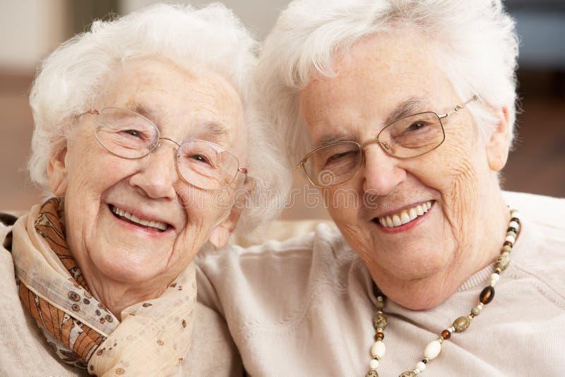 Dos amigos mayores de las mujeres en el centro del cuidado de día fotos de archivo libres de regalías