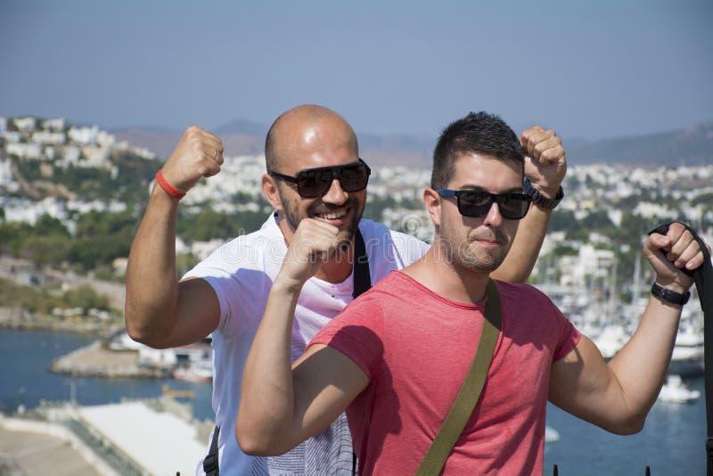 Dos amigos que muestran apagado sus músculos foto de archivo libre de regalías