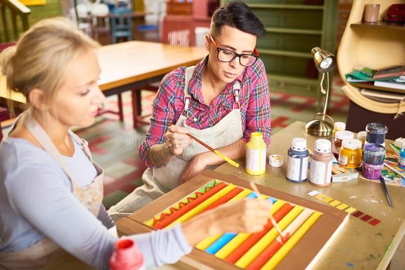 Dos amigos que pintan en Art Studio imagenes de archivo