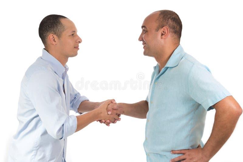 Dos amigos se saludan con gusto fotografía de archivo