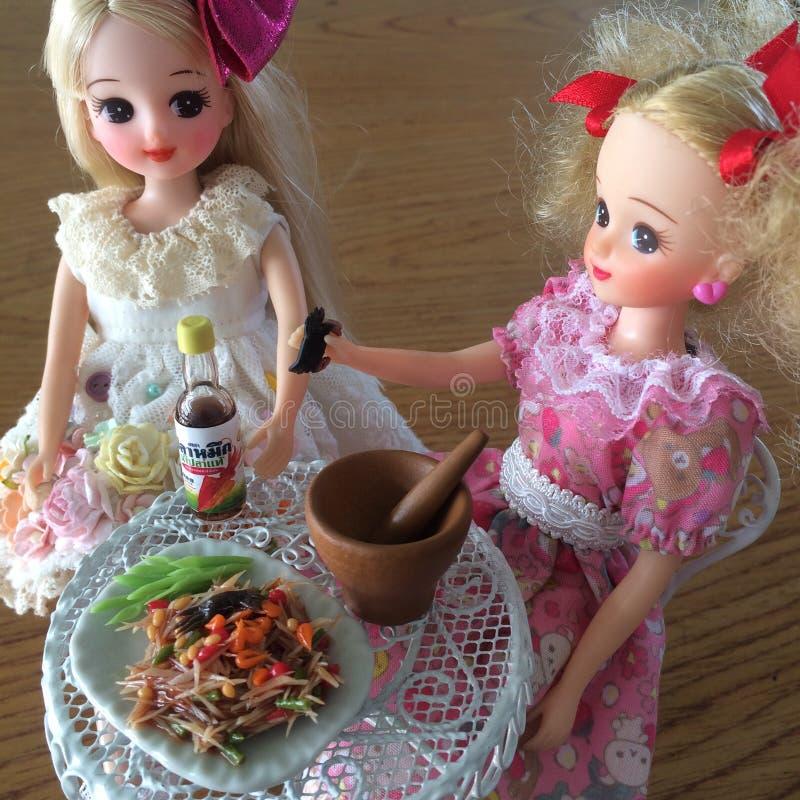Dos amigos son gozan el comer del som Tam Ensalada deliciosa picante de la papaya imágenes de archivo libres de regalías