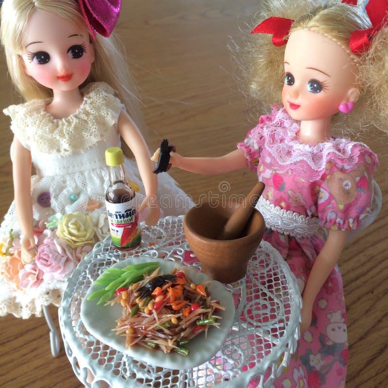 Dos amigos son gozan el comer del som Tam Ensalada deliciosa picante de la papaya fotos de archivo
