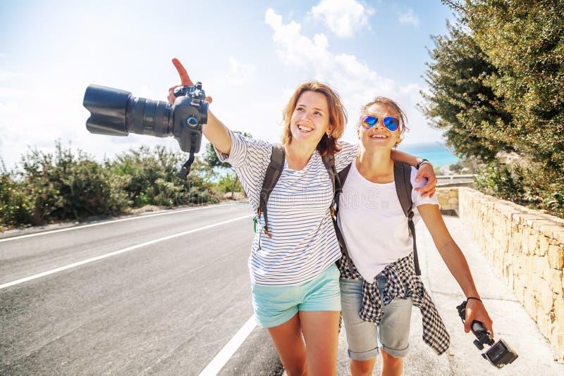 Dos amigos y bloggers hermosos jovenes de las mujeres viajan juntos, imagenes de archivo