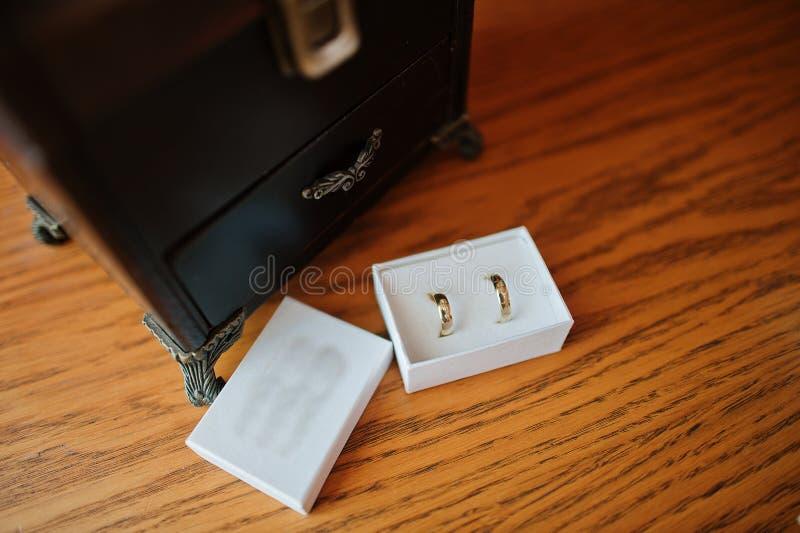 Dos anillos de oro del matrimonio en la caja blanca fotografía de archivo libre de regalías