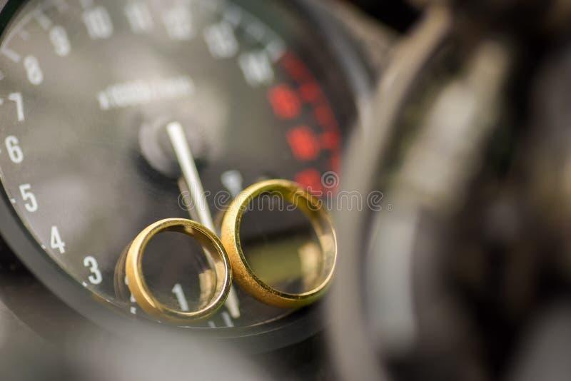 Dos anillos de oro en una motocicleta foto de archivo