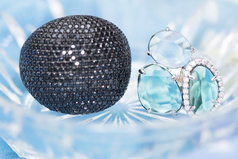 Dos anillos de plata con circonas cúbicas negras y sto semiprecioso imágenes de archivo libres de regalías