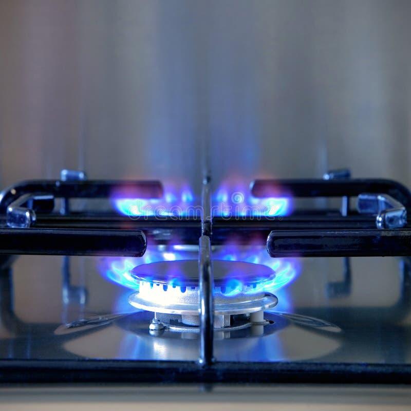 Dos anillos encendidos en un avellanador del gas fotos de archivo