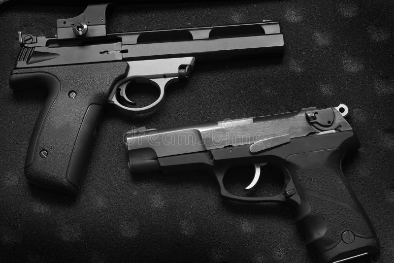 Dos armas de mano de las pistolas para la autodefensa o los militares fotos de archivo libres de regalías