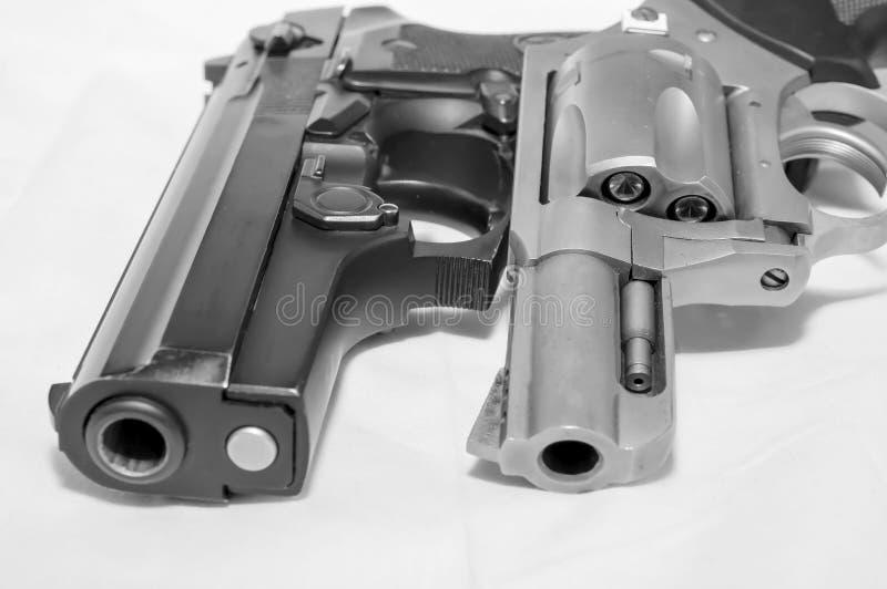 Dos armas de mano, una pistola de 40 calibres y un rev?lver de 357 botellas dobles fotos de archivo libres de regalías