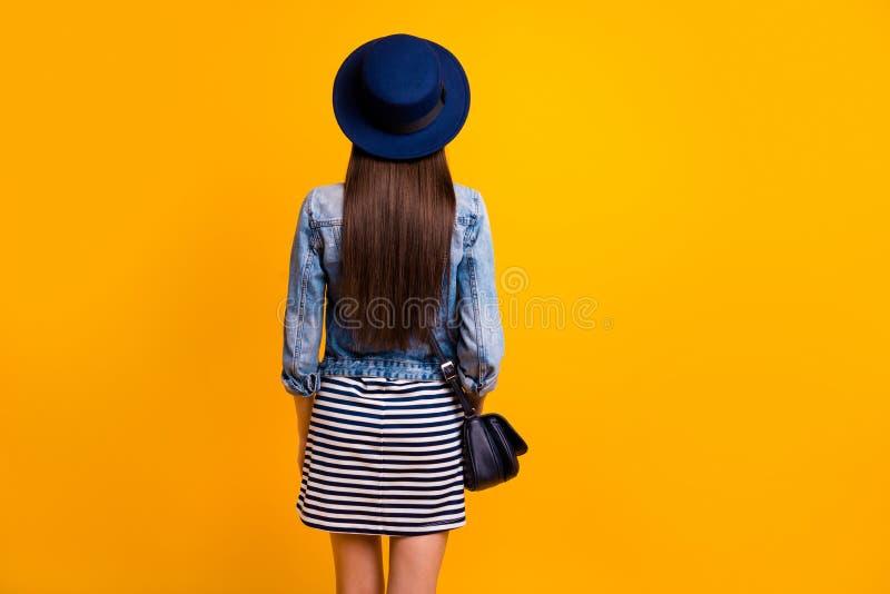Dos arrière derrière le portrait de vue de elle qu'elle les vêtements luxueux de marque de dame aux cheveux droits attirante joli images libres de droits
