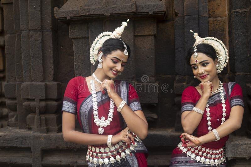 Dos artistas de sexo femenino del odissi joven en el templo de Mukteshvara, Bhubaneswar, Odisha, la India imagen de archivo
