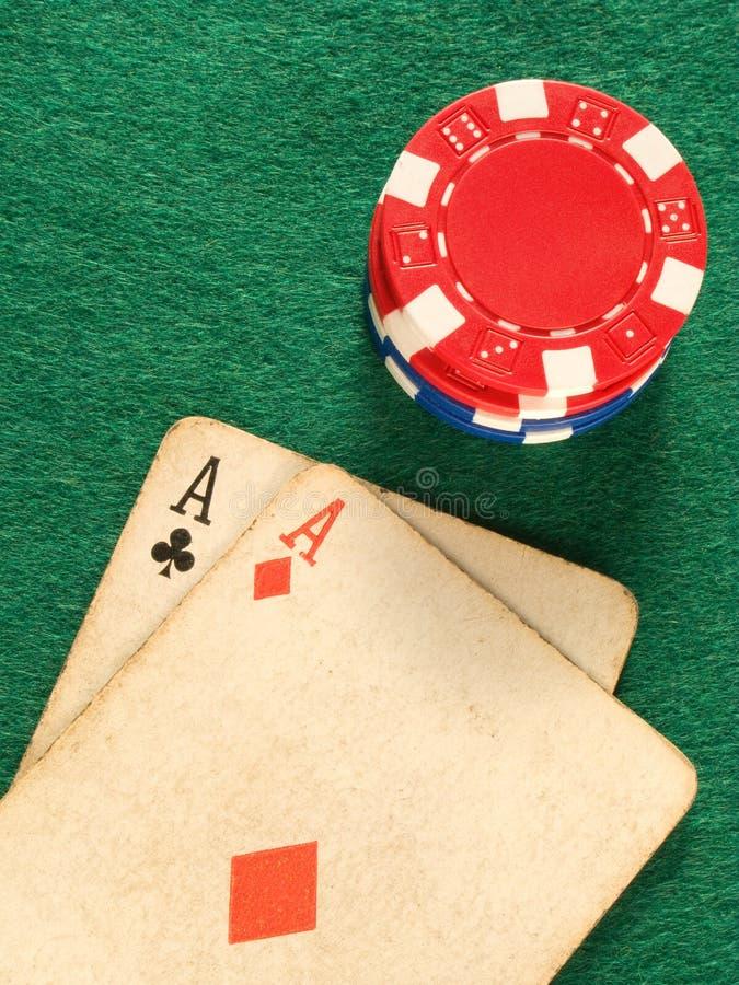 Dos as de la tarjeta del póker y virutas de póker viejos. imagen de archivo