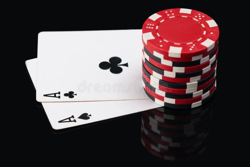 Dos as en cuenta de las tarjetas y de microprocesador del póker en ellos imagen de archivo