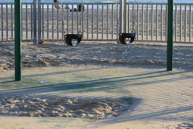 Dos asientos vacíos del oscilación del bebé en Sandy Park imagenes de archivo