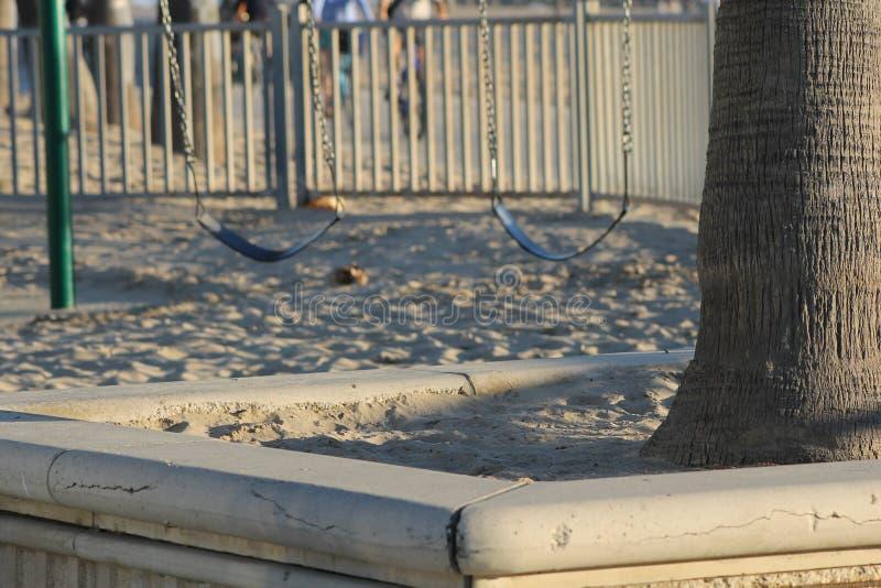 Dos asientos vacíos del oscilación en Sandy Park fotos de archivo