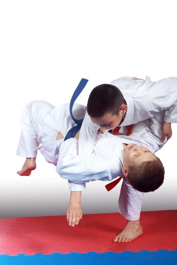 Dos atletas en judogi están haciendo tiros imagenes de archivo