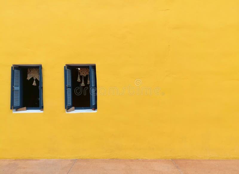 Dos azul Windows y pared amarilla fotos de archivo libres de regalías