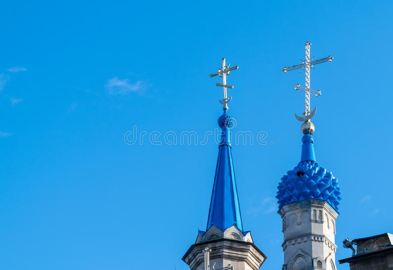 Dos bóvedas azules de una catedral en Chisinau, el Moldavia imagenes de archivo