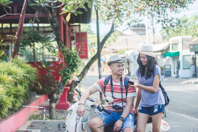 Dos backpackers con el sombrero del verano que ven el resultado de su foto fotografía de archivo