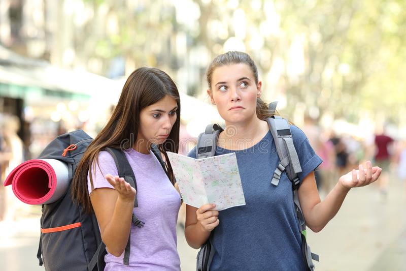 Dos backpackers perdidos que intentan encontrar la ubicaci?n imagenes de archivo