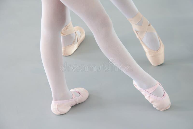 Dos bailarinas en zapatos de ballet foto de archivo libre de regalías
