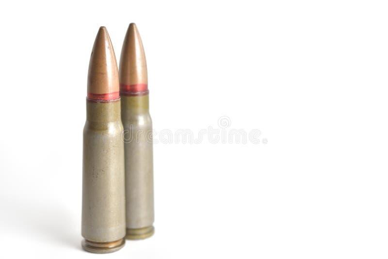 Dos balas del rifle aisladas en un fondo blanco Ammun militar fotos de archivo libres de regalías