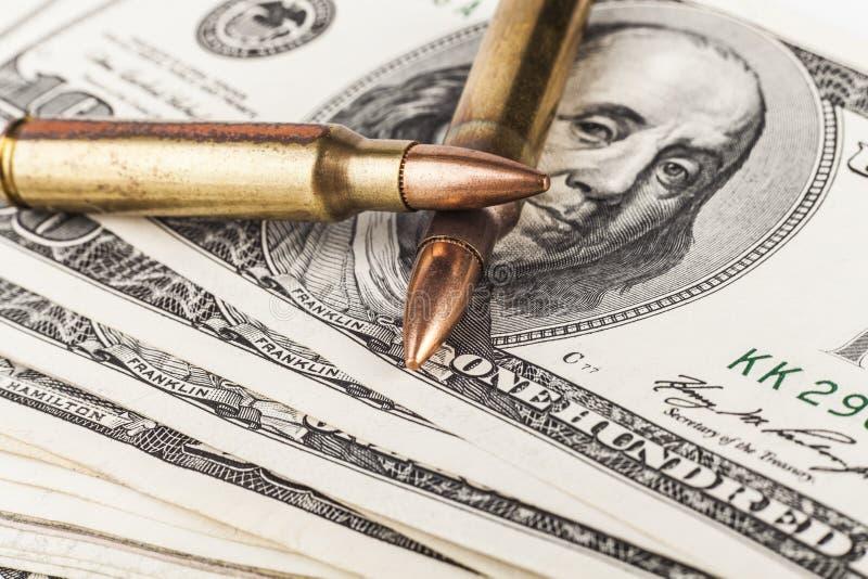 Dos balas en dólares foto de archivo