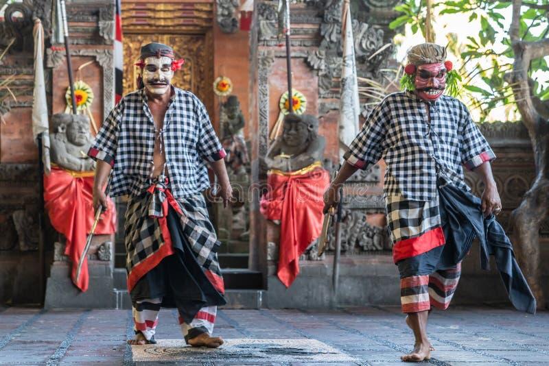Dos bandidos en el estudio de la danza de Sahadewa Barong en Banjar Gelulung, Bali Indonesia fotografía de archivo