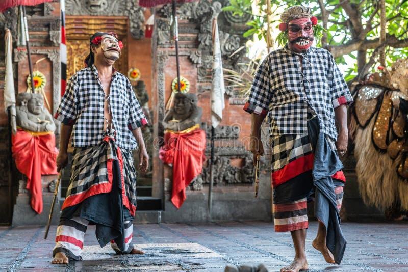 Dos bandidos en el estudio de la danza de Sahadewa Barong en Banjar Gelulung, Bali Indonesia imagenes de archivo