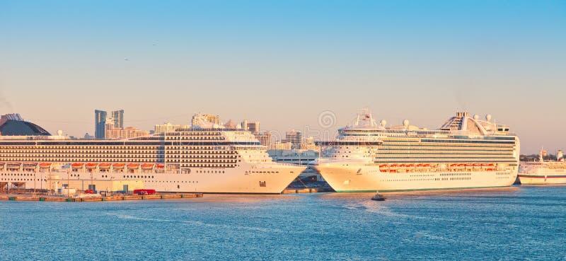 Dos barcos de cruceros en los marismas portuarios imágenes de archivo libres de regalías