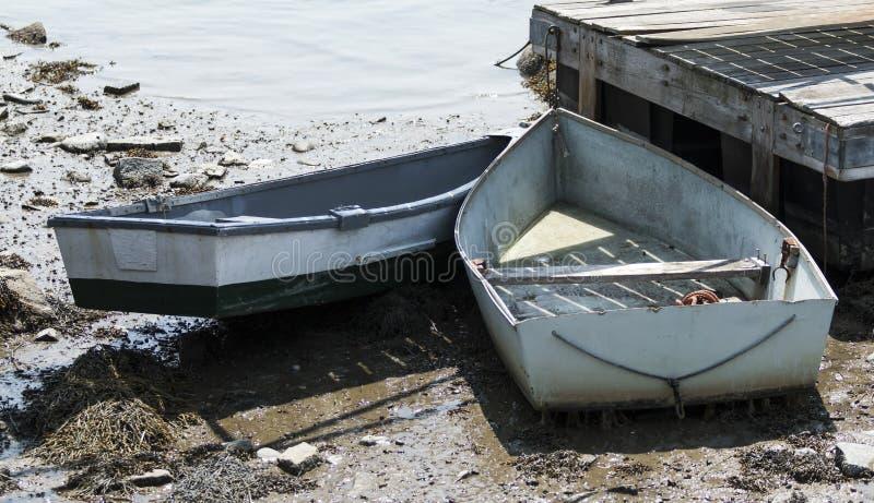 Dos barcos de fila se pegaron en el fango durante marea baja en Maine los E.E.U.U. imagen de archivo libre de regalías