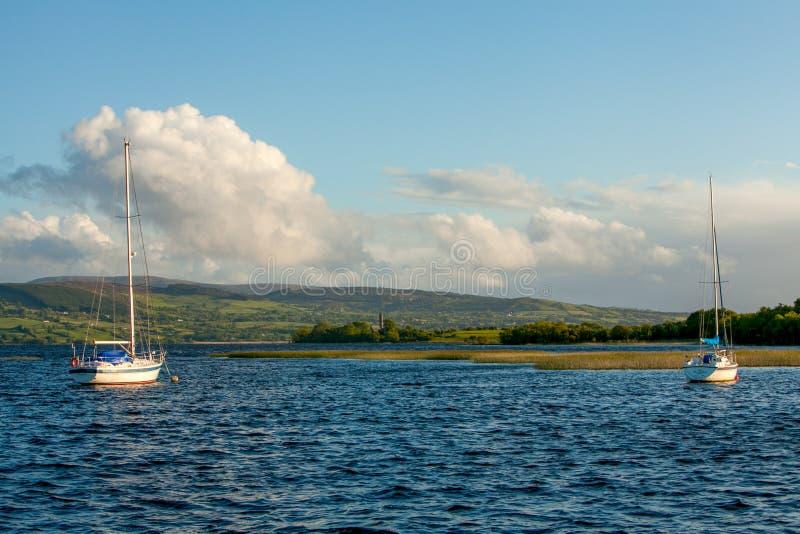 Dos barcos de navegación en el lago Derg, Irlanda fotografía de archivo libre de regalías
