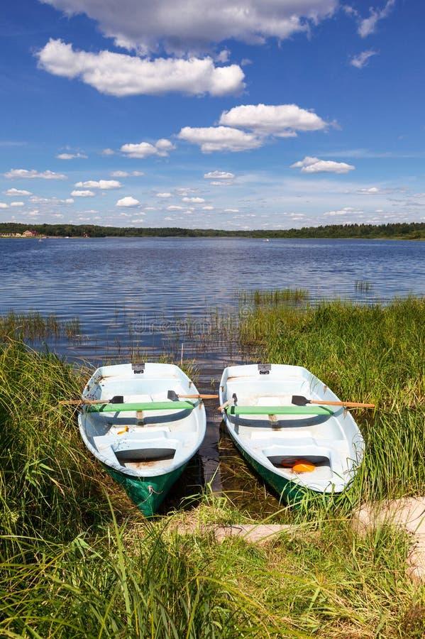Dos barcos de pesca en el lago en día de verano fotos de archivo libres de regalías