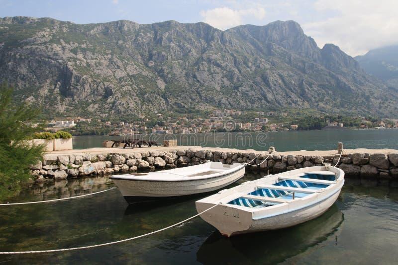 Dos barcos de pesca y un pequeño muelle en Montenegro fotos de archivo libres de regalías
