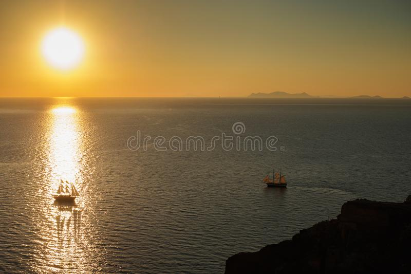 Dos barcos en la superficie del mar en la salida del sol imagenes de archivo