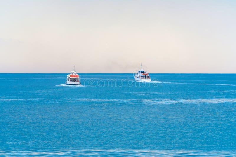 Dos barcos entran el mar abierto fotografía de archivo libre de regalías