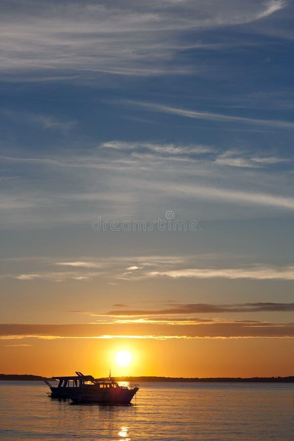 Dos barcos y puestas del sol foto de archivo