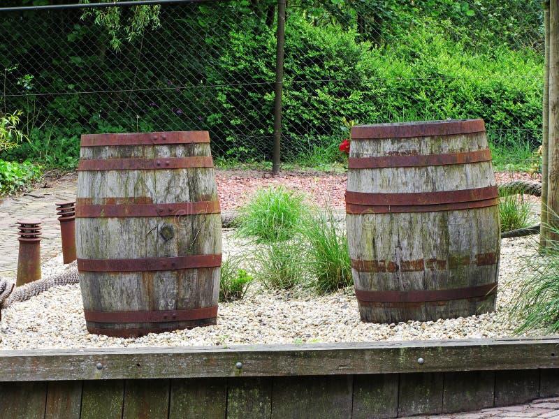 Dos barriles viejos en un piso de madera del granero imagen de archivo libre de regalías