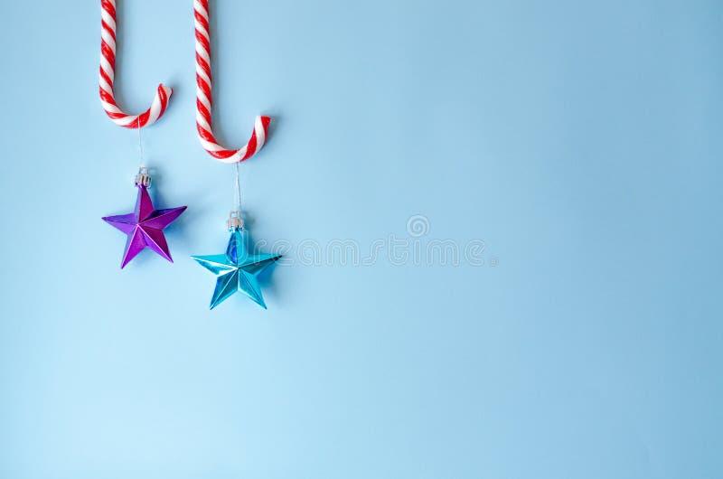 Dos bastones de caramelo con los juguetes en el árbol de navidad fotografía de archivo libre de regalías