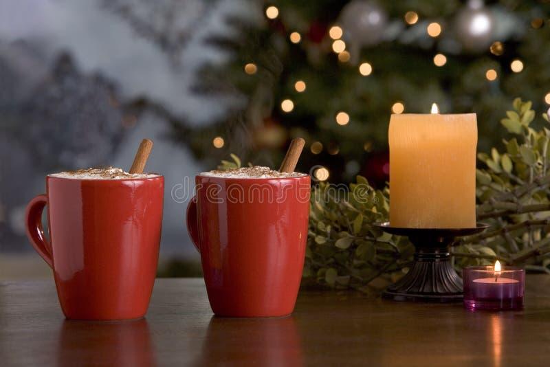 Dos bebidas calientes del día de fiesta por el árbol. fotos de archivo libres de regalías