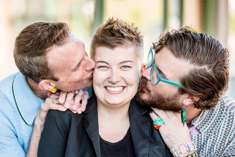 Dos besos con tres personas fotos de archivo libres de regalías