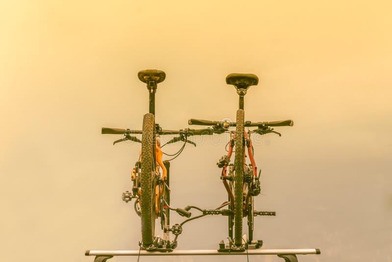 Dos bicicletas montadas en el tejado del coche imagen de archivo