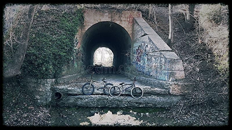Dos bicis con un túnel en el fondo imagen de archivo