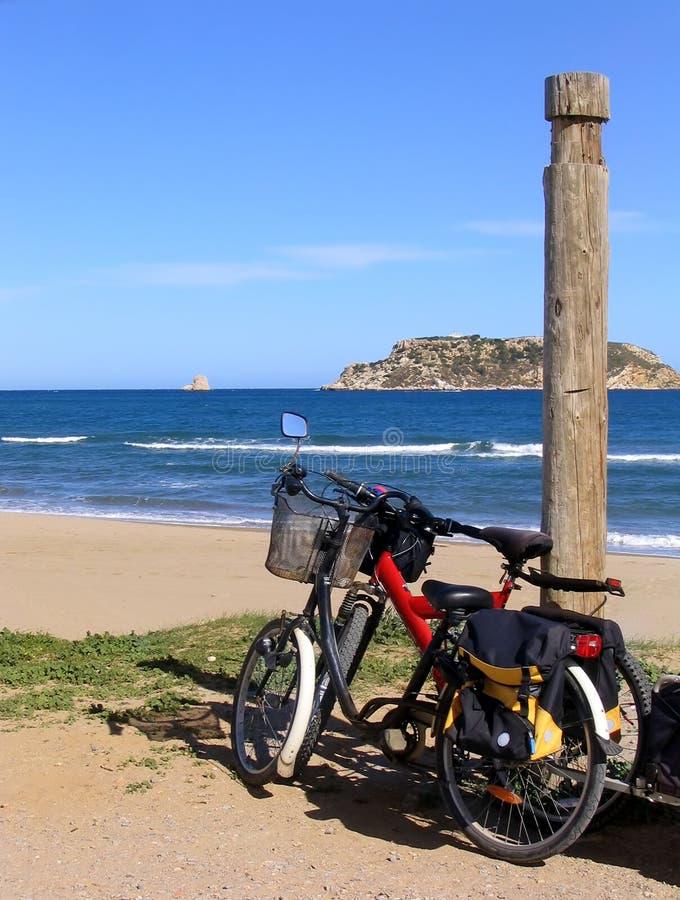 Dos bicis en la playa foto de archivo