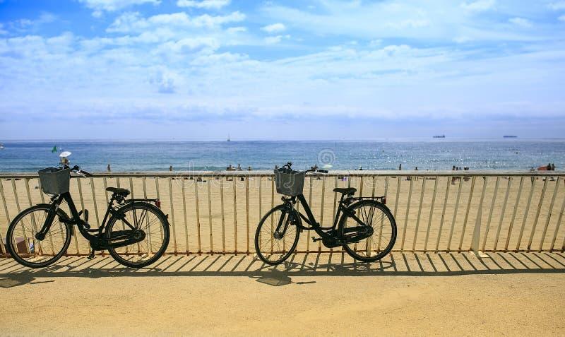 Dos bicis en la playa imagenes de archivo