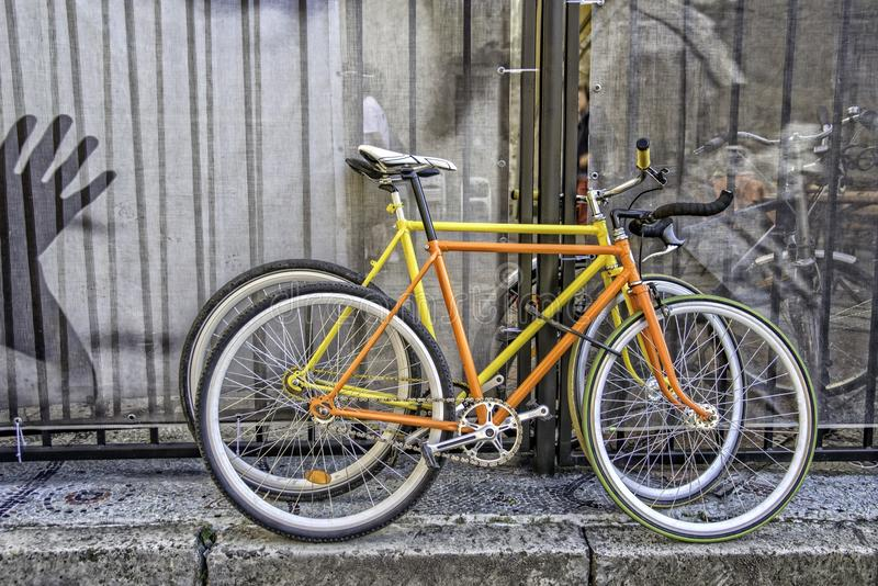 Dos bicis fijas del engranaje imagen de archivo
