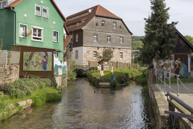 Dos bildings cerca de una pequeña corriente en mún Bruckenau fotografía de archivo libre de regalías
