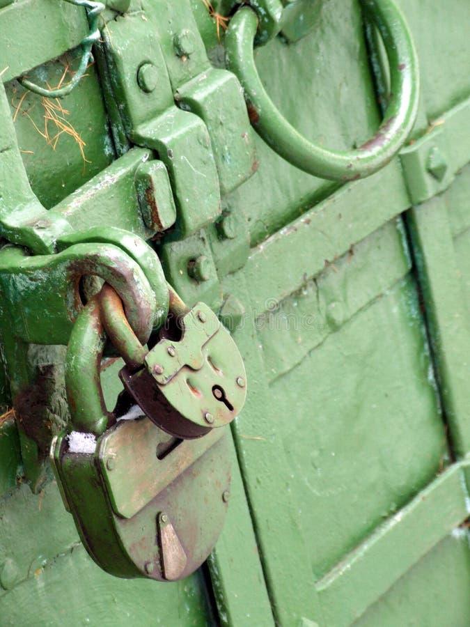 Dos bloqueos en una puerta verde fotografía de archivo